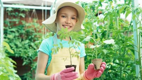 Mädchen-Hält-Gemüsesämling-In-Den-Händen-Und-Lächelt-In-Die-Kamera