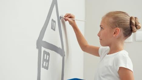 Niña-Pintando-Casa-En-La-Pared-De-Su-Habitación