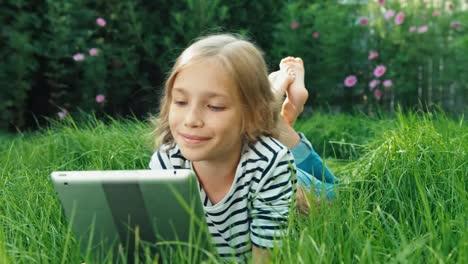 Mädchen-Mit-Tablet-PC