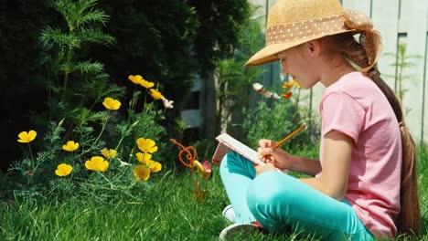 Niña-Escribiendo-En-El-Cuaderno-Al-Aire-Libre