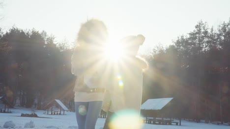Familia-Feliz-Bailando-En-La-Nieve-En-El-Bosque-De-Invierno