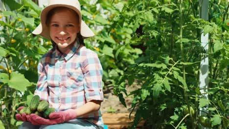 Lachendes-Mädchen-Im-Alter-Von-8-Jahren-Das-Gurken-In-Palmen-Hält-Kind-Das-Gemüse-Anbietet