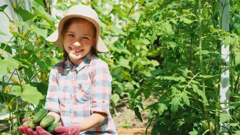 Lachendes-Mädchen-Im-Alter-Von-8-Jahren-Das-Gurken-In-Palmen-Hält
