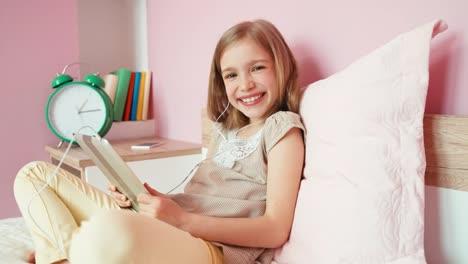 Lachendes-Mädchen-Mit-Tablet
