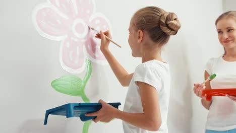 Madre-E-Hija-Pintando-Flores-En-La-Pared-De-La-Habitación