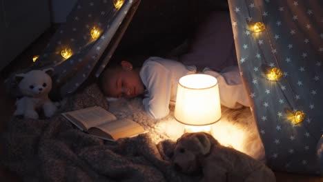 Retrato-Alegre-Niña-De-9-Años-Duerme-Por-La-Noche-En-La-Vista-Superior-De-Wigwam