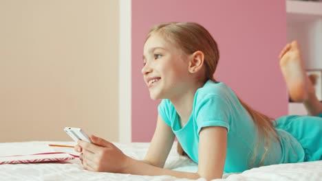 Porträt-Süßes-Mädchen-9-Jahre-Mit-Handy-Und-Lachen-In-Die-Kamera-Und-Lügen