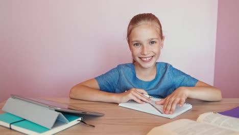 Chica-Estudiante-De-Retrato-En-La-Mesa-Dolly-Shot