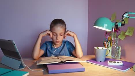 Retrato-Estudiante-Cansado-Haciendo-La-Tarea-Y-Escuchando-Música-En-Auriculares
