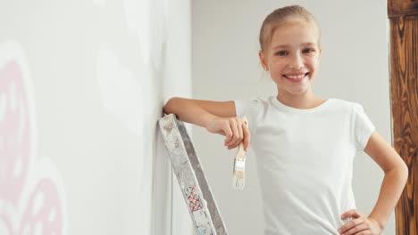 Retrato-Joven-Pintor-En-La-Pared-Tiene-Pincel-Y-Sonriendo-A-La-Cámara