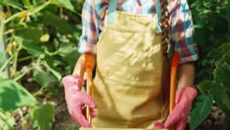 Niña-Sonriente-Granjero-9-Años-Contando-Verduras-Verduras-En-El-Jardín
