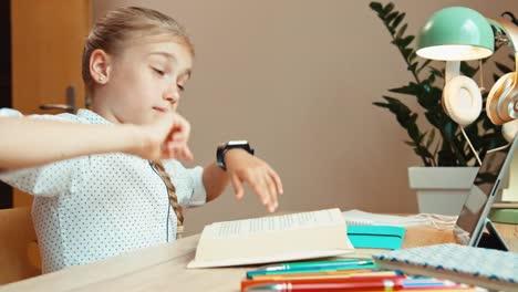 Studentin-Im-Alter-Von-8-Jahren-Schläft-Beim-Lesen-Von-Lehrbuch-Ein