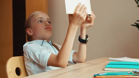 Studentin-Im-Alter-Von-8-Jahren-Gedehnt-Und-Gähnt-Wenn-Sie-Mit-Buch-Schläft