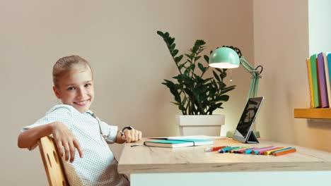 Studentin-Im-Alter-Von-8-Jahren-Gähnt-Und-Sitzt-Am-Schreibtisch-Und-Lächelt-In-Die-Kamera