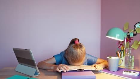 Estudiante-Cansado-Niña-De-8-Años-De-Edad-Leyendo-El-Libro-En-El-Escritorio-Dolly-Shot