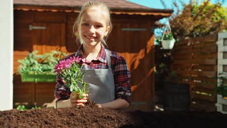 Joven-Agricultor-Plantar-Flores-En-El-Suelo
