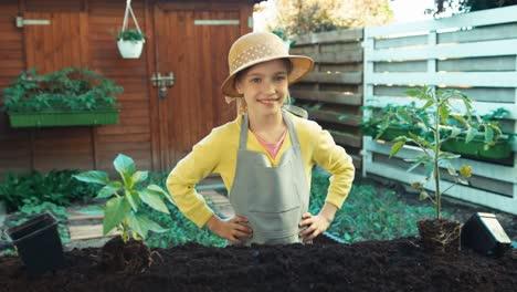 Joven-Agricultor-Con-Plántulas-De-Pepino-En-Huerta