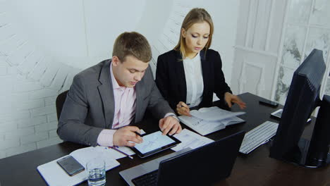 Discussion-Young-Businesswoman-And-Her-Assistant