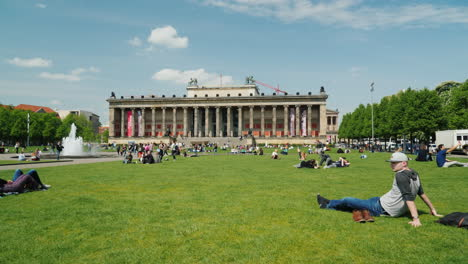 People-in-front-of-Berlin-Altes-Museum