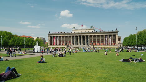 People-on-a-Lawn-by-Berlin-Altes-Museum