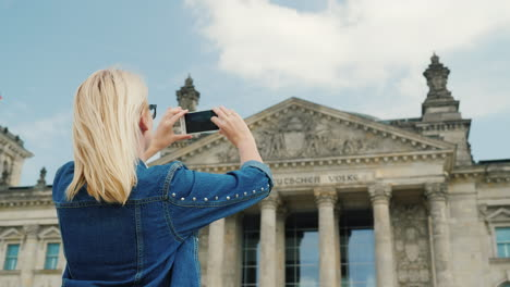 Woman-Photographing-the-Bundestag-In-Berlin