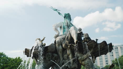 The-Neptune-Fountain-Berlin-02