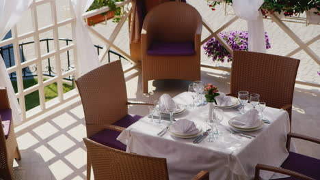 Table-On-Restaurant-Summer-Terrace-02