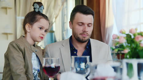 Father-and-Daughter-Read-Menu