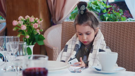 Child-on-Phone-in-Restaurant