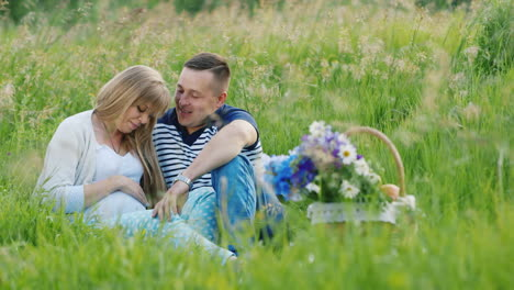 Man-and-Pregnant-Woman-Have-Picnic