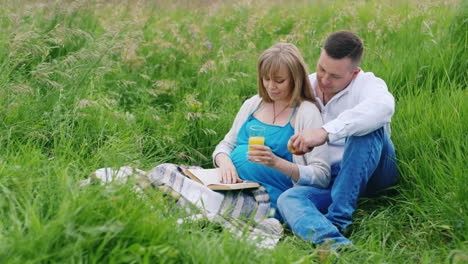 Future-Parents-Read-in-a-Park