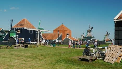 Tourists-in-Traditional-Dutch-Village