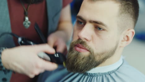 Close-Up-Of-Barber-Working-On-Client-s-Hair-And-Beard-04