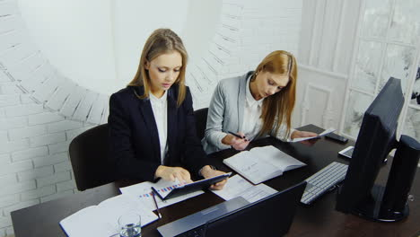 Young-Employees-Check-Documents-In-The-Workplace