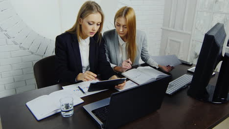 Businesswomen-In-Smart-Business-Suits-Work-In-The-Office