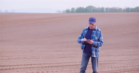 Agriculture-Farmer-Examining-Crops-And-Field-Adult-Farmer-Using-Digital-Tablet-Computer-2