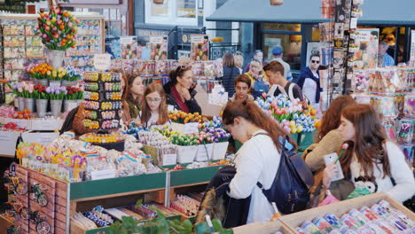 Tourists-Choose-Souvenirs-And-Flowers-In-Amsterdam