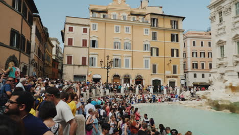 Crowds-at-Trevi-Fountain-In-Rome