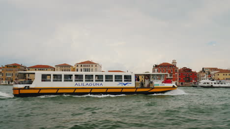Water-Taxi-on-Venice-Grand-Canal