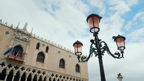 Lamppost-and-Doges-Palace-Venice
