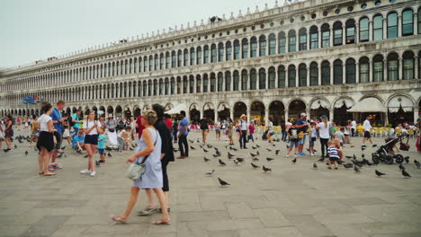 People-and-Pigeons-in-St-Mark-s-Square-Venice