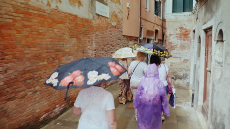 Tourists-With-Umbrellas-in-Venice-Alleyway