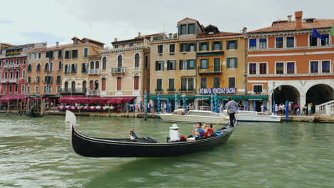 Boat-Traffic-On-Venice-Grand-Canal