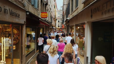 Tourists-on-Venice-Shopping-Street