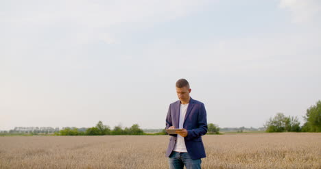 Agriculture-Farmer-Using-Digital-Tablet-During-Harvesting