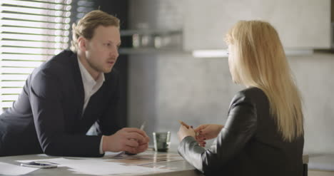 Business-People-Discussion-In-Office-2