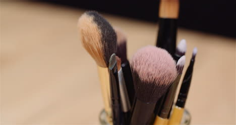 Makeup-Brush-Set-On-Table-Rotating-2