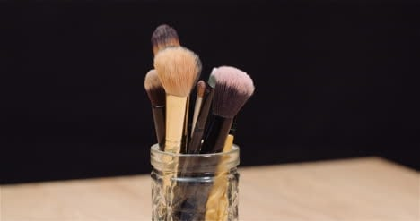 Makeup-Brush-Set-On-Table-Rotating-4