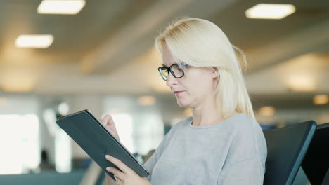 Business-Woman-Using-Tablet-in-Airport