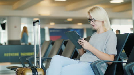 Business-Woman-Uses-Tablet-in-Airport